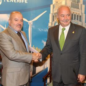 Los presidentes del Cabildo y del CD Tenerife en el acto de entrega del proyecto.
