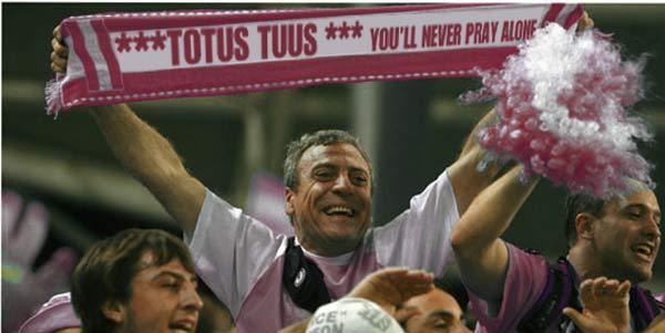 Uno de los miembros de la Peña Totus Tuus durante la presentación del Inter Cardinale.ipo.