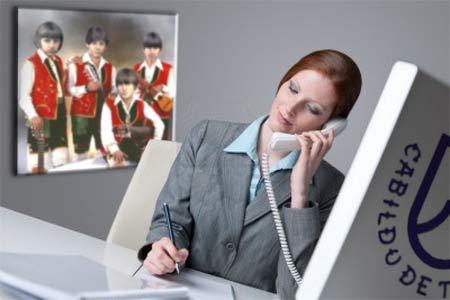 Mª Gracias, desde su despacho, tratando de confirmar a alguno de los artistas.