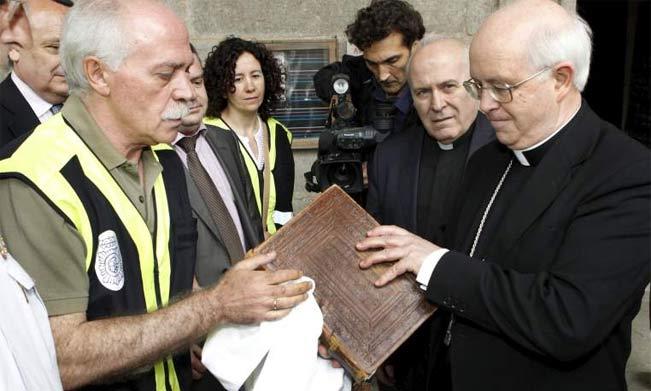 Momento de la entrega del Códice al arzobispo