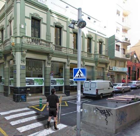 Árbitro en una céntrica calle de la capital, observando las posibles irregularidades del Plan.