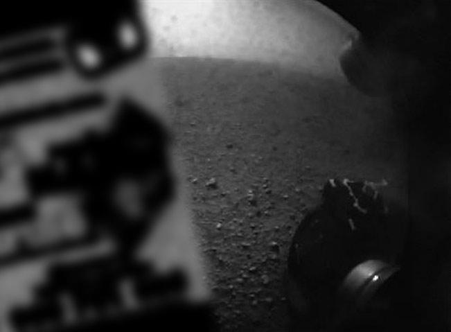 Imagen que envió el Curiosity y que sembró la alarma entre los ingenieros de la NASA.