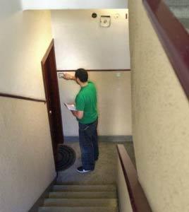 Vecino del edificio con los papeles del visado en la mano.