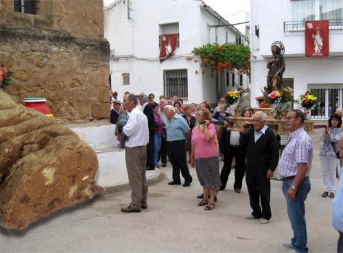 La procesión hizo un alto en el camino para observar los restos de la pelota de gofio.