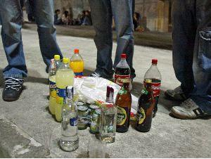 Varios jóvenes apuran sus bebidas antes de que se implante la nueva fórmula anti-botellón.