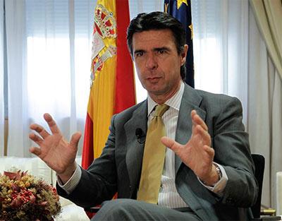El ministro Soria indica, aproximadamente, de qué tamaño podrían ser los mosquitos que habitarían ese nuevo planeta
