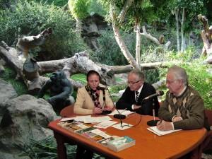 Los tertulianos comparten hábitat con otros grandes primates, como los gorilas, y pasan varias horas al día con su entrenador, Federico Moñas.
