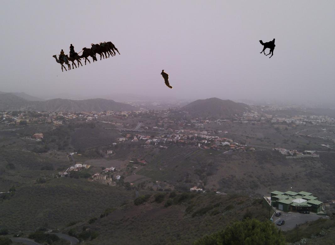 Una caravana y algunos beduinos y animales aislados a su paso por los aires enarenados de Gran Canaria