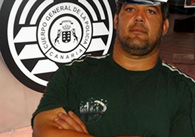 Francis Pérez, en la entrada de la nueva supercomisaría donde ejercerá labores de vigilancia y custodia