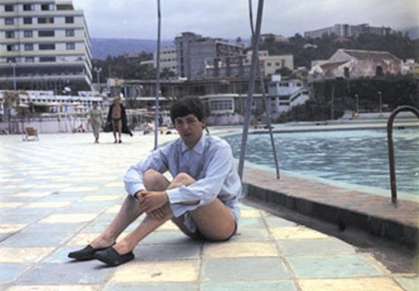 Fotografía de Paul McCartney sentado en el Lido de San Telmo (Diario de Avisos 14/05/2013)