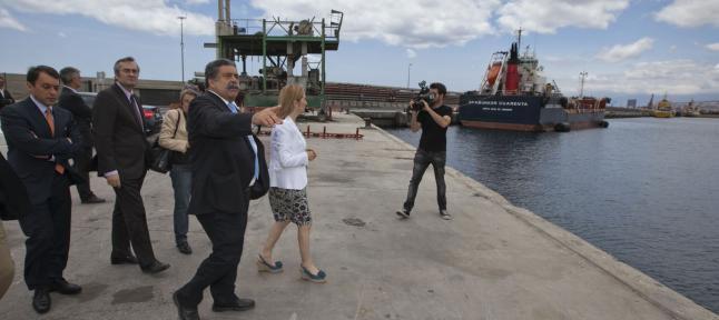 El Presidente de la Autoridad Portuaria y el Alcalde de Santa Cruz acuden a recibir a la gran impresora 3D que ha adquirido el Gobierno de Canarias.