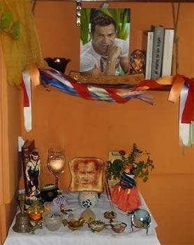 La tostada reposa en un pequeño altar situado en la sala de estar