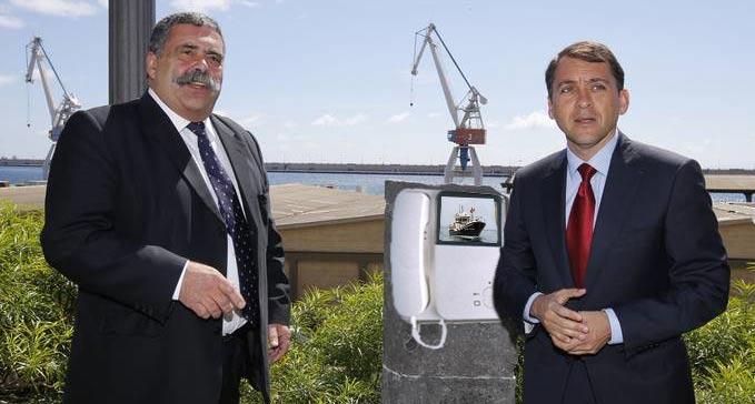 El Presidente de la Autoridad Portuaria junto al alcalde de Santa Cruz, probando el videoportero que controlará la verja del muelle.