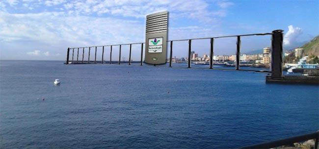 La verja, a la entrada del puerto capitalino, y el portero automático que deberán utilizar los barcos.