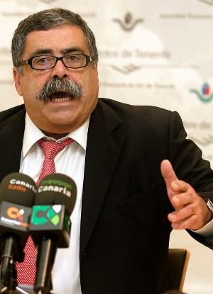 El Presidente de la Autoridad Portuaria explicando a los medios el funcionamiento de la verja.