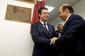 Un ciudadano anónimo, presa de la emoción, felicita a José Manuel Soria tras el descubrimiento de la placa conmemorativa.