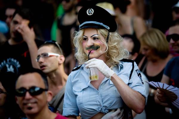 Los Hombres Vestidos De Mujer Policía En Carnavales Podrán