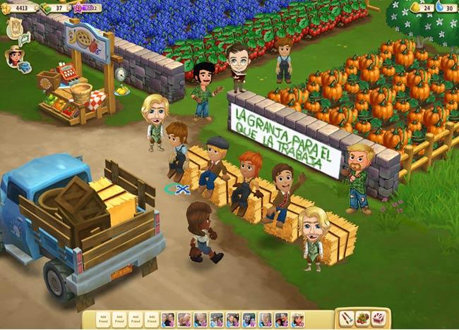 Miembros de Occupy FarmVille Spain se manifiestan a las puertas de una de las granjas.