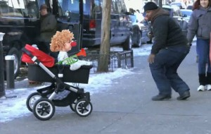 Este bebé murguero hace las delicias de transeúntes y carnavaleros.