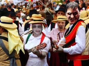 La romería de Nuestra Señora del Amanecer de los Muertos pretende conjugar el tipismo de la romería con el gore del género zombie