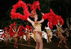 Entre plumas y purpurinas se pudo ver a decenas de trastornados mentales disfrutando del Carnaval como uno más