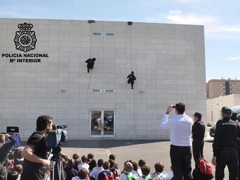 Miembros de la policía sorprenden en el patio a un grupo de escolares que preparaba las fiestas de Mayo