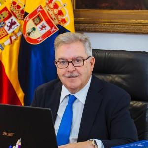 José Miguel Bravo de Laguna sonríe pícaro en el momento de perpetrar el ataque cibernético