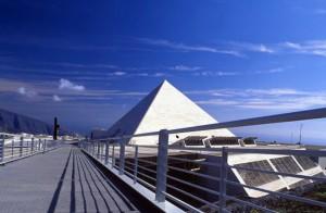 La pirámide de Guajara, sede de la Facultad de Ciencias de la Información de la ULL (Fuente: Común e persoal)