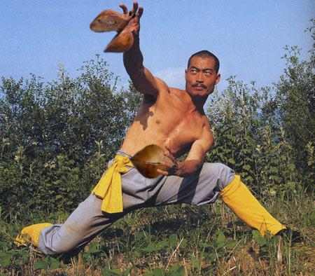 El Maestro Honorio realizando un ataque chácara combinado al tronco y los genitales, capaz de inmovilizar al adversario con gran dolor.