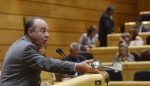Miguel Zerolo explica en la tribuna de oradores su nueva línea política