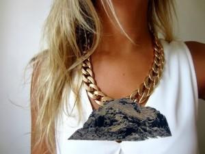 """El collar """"Roque de Garachico"""" ofrece un aspecto salvaje y sin pulir, de roca emergida del mar."""