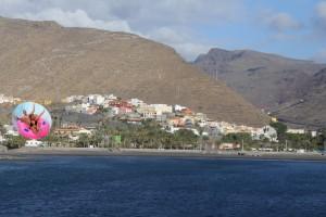 Una joven pareja lanzada por el Curbelotrón inicia la maniobra de aproximación a San Sebastián de La Gomera