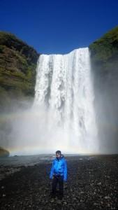 Carlos Pedrós, miembro de Abubukaka, revisa una por una las cataratas islandesas en busca de la cantante.
