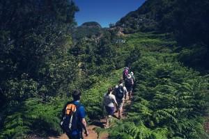 Un grupo de senderistas disfruta de su actividad en un día de buen tiempo, algo de lo que Amancio H. R. es incapaz.