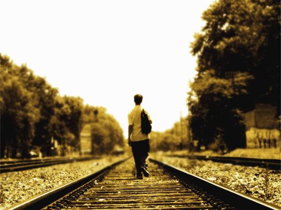 Un tinerfeño recorre las vías del tren mientras recuerda con añoranza el tranvía.