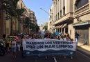 Acude a la manifestación contra los vertidos tras enterrar quince colillas en la playa